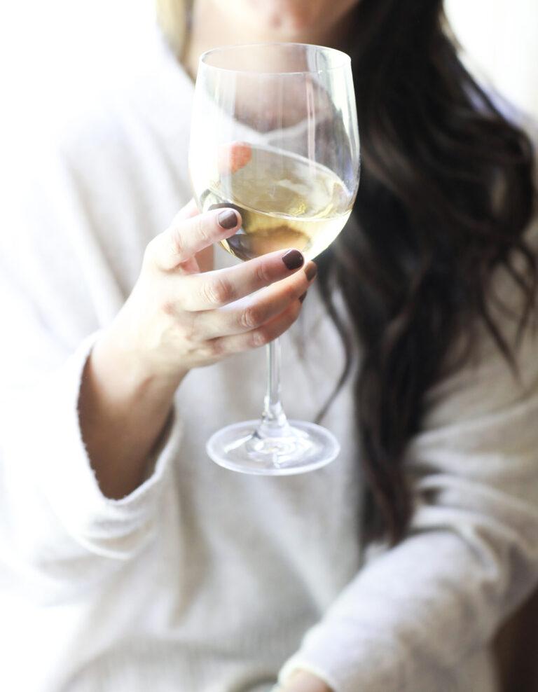 Maria Alejandra Ramirez brinda copa de vino