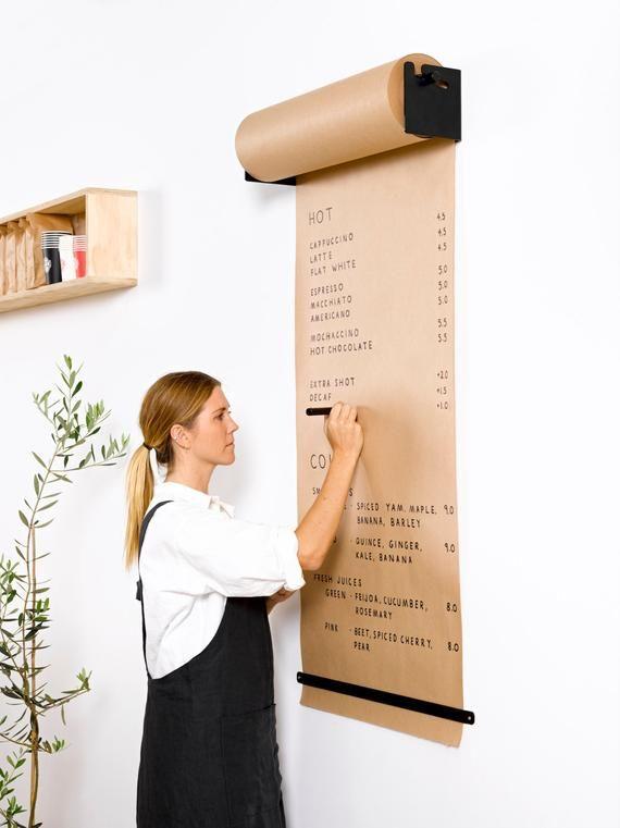 mujer anotando en un pliego de papel