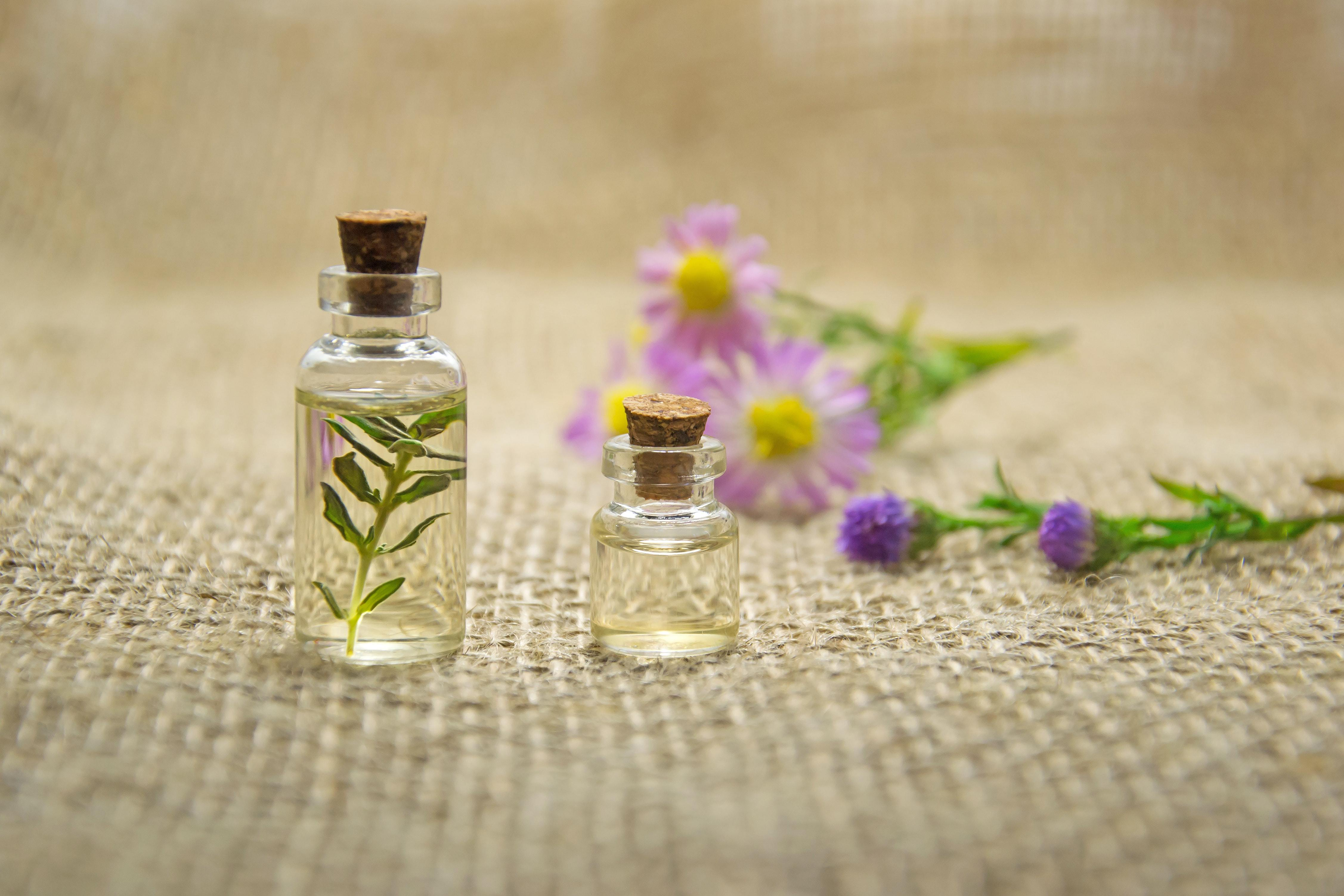oil aromatherapy-bottles-close-up-672051
