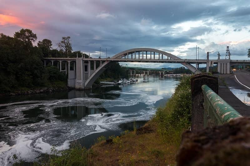 Historical Arch bridge over Willamette River in Oregon City, Oregon-cm