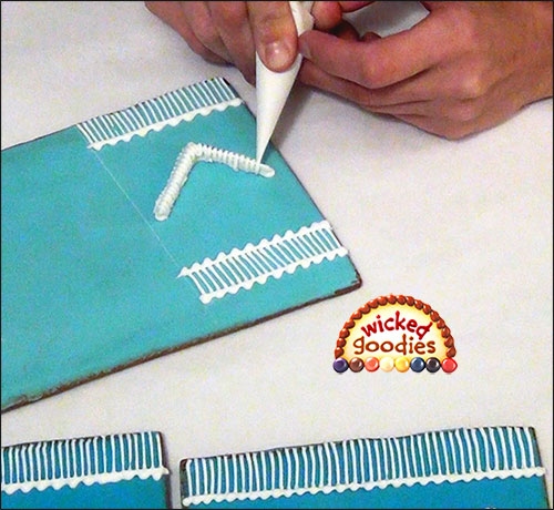 Decorative Royal Icing Over Piping on a Gingerbread House (2)