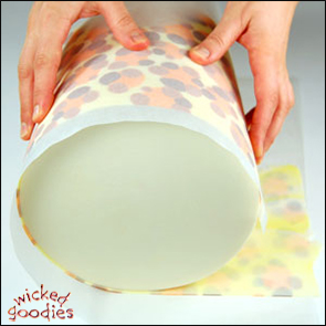 Wrapping a Cake with Modeling Chocolate Using the Paneling Metho