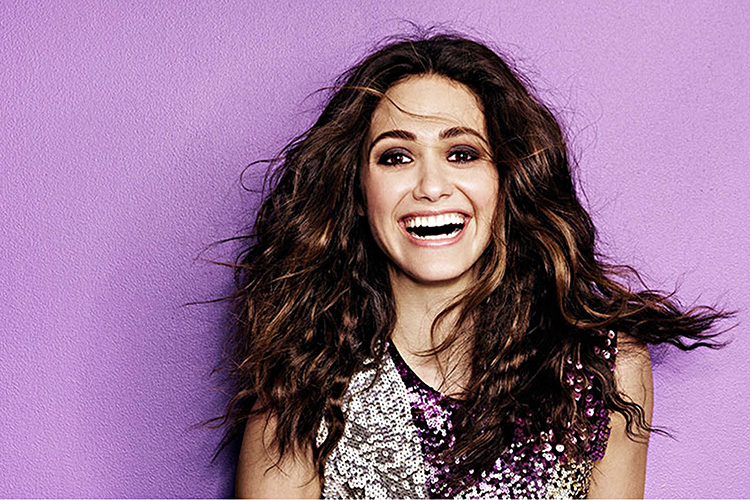 Emmy-Rossum-hairstyle-aganist-the-wall