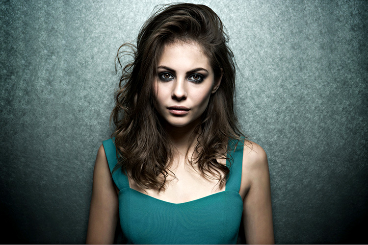 Willa-Holland-aganist-the-wall-2