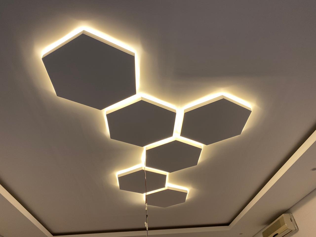 اشكال هندسية نفذت بدقة بالاضاءة المخفية في مدينة الشامخة