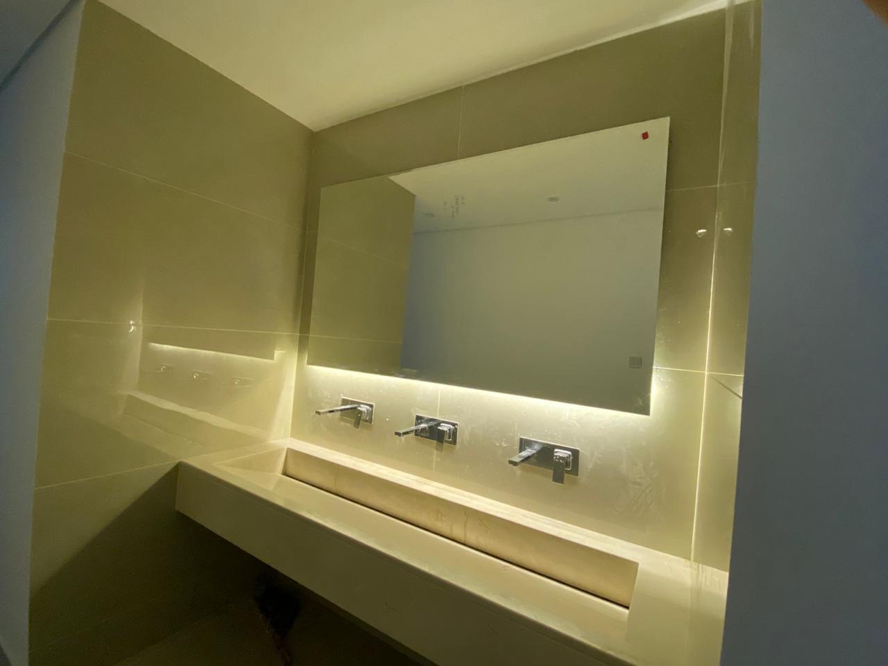 مغسلة رخام بتصميم حديث ومكسرات بالجدار