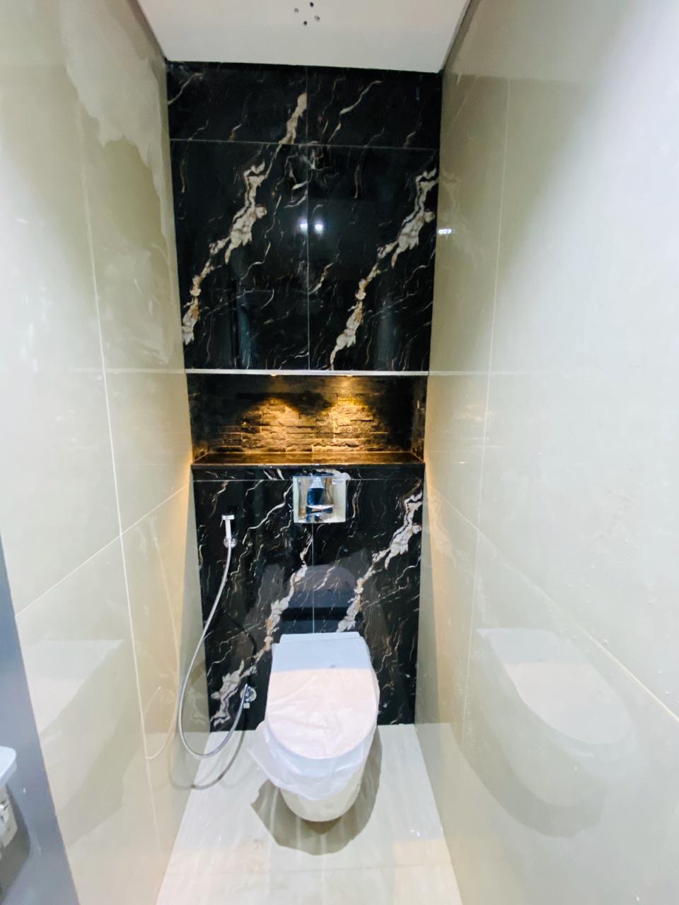تجديد حمام بحوض وخزان مخفي في الحائط مع اضاءة مخفية