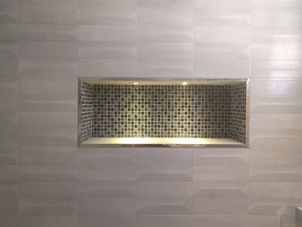 شكل ديكوري مضاء للحمام