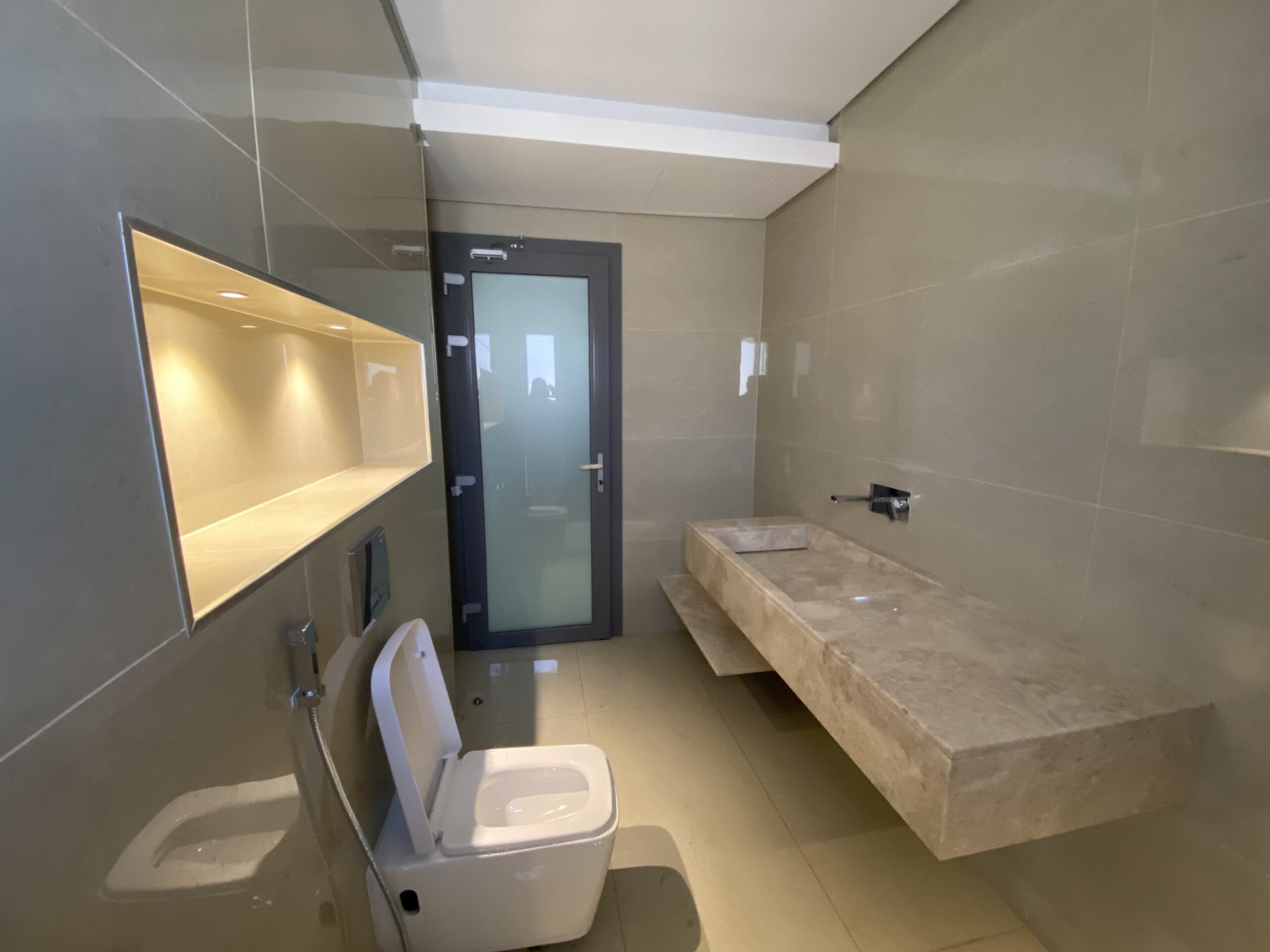 رفع سقف الحمام بطريقة ديكورية مضاءة في الشامخة