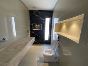 تجديد حمام غرف النوم اصبح يحتوي على مغسلة رخامية واماكن ديكورية مضاءة في الشامخة