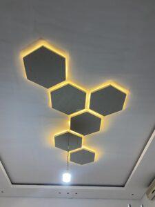 اعمال ديكور باشكال هندسية مع الاضاءة في مجالس الشامخة