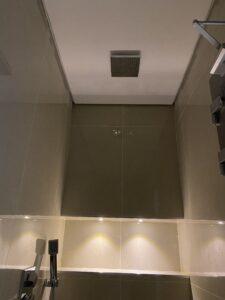 توزيع ادوات دورات المياة - تركيب الدش في سقف الحمام