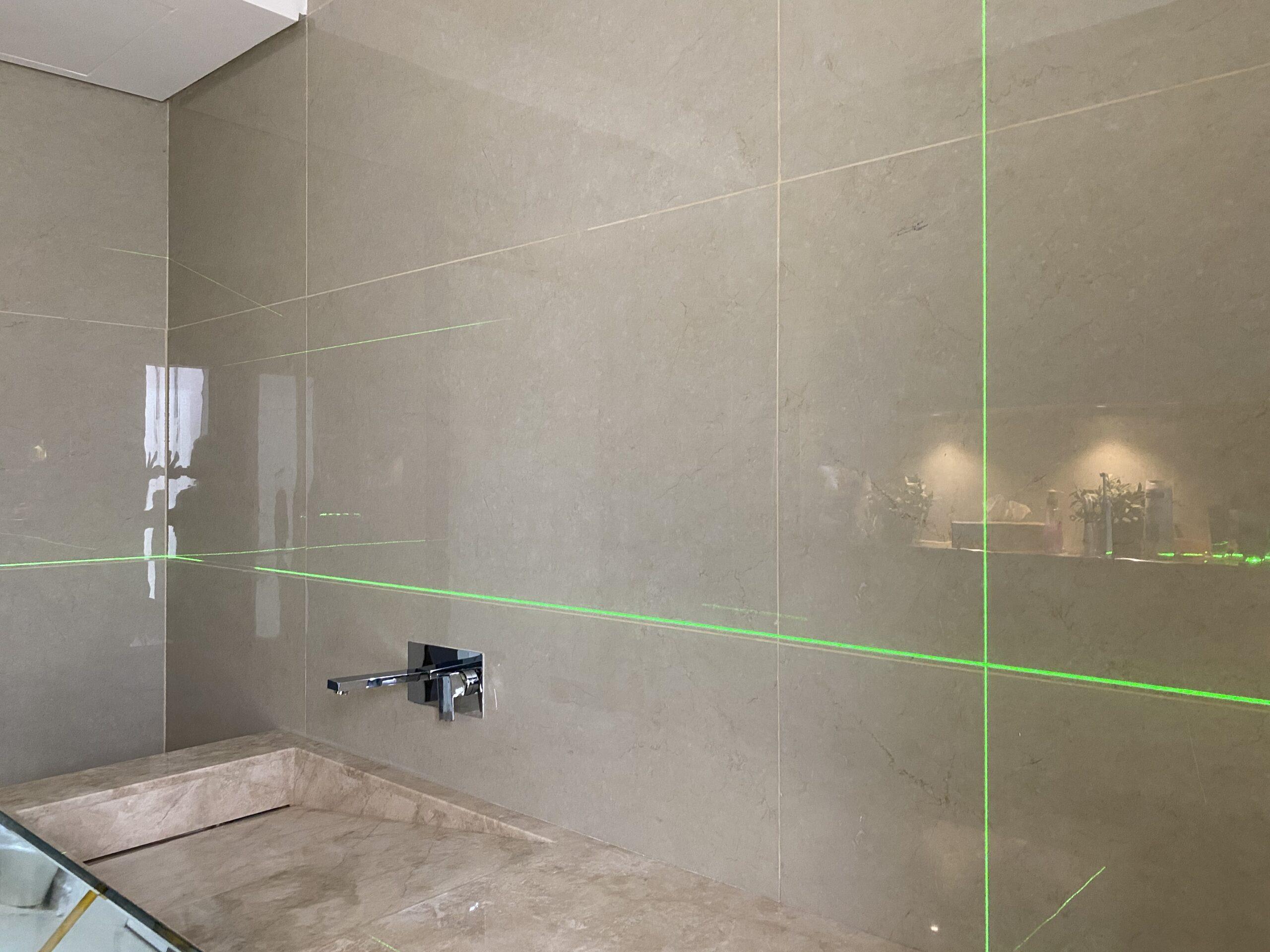 استخدام الاجهزية الحديثة لضمان دقة الاعمال (الليزر) لاخذ الارتفاعات والميلان