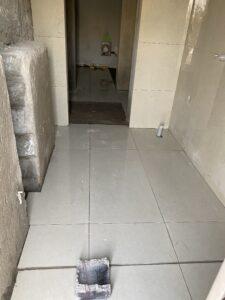 تركيب بورسلين مقاس 60*120 سم في حمام في مدينة الشامخة