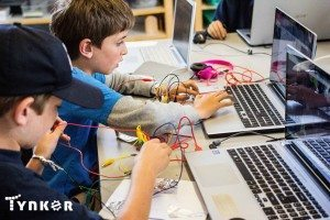 TYNKER boys collaborating hardware (2)
