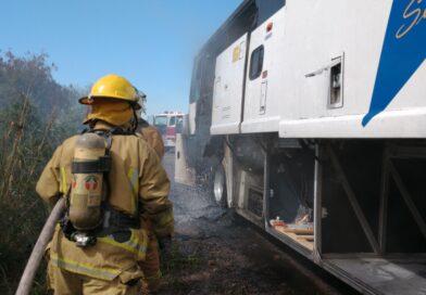 Arde camión por la carretera México 15, cerca de Tamazula
