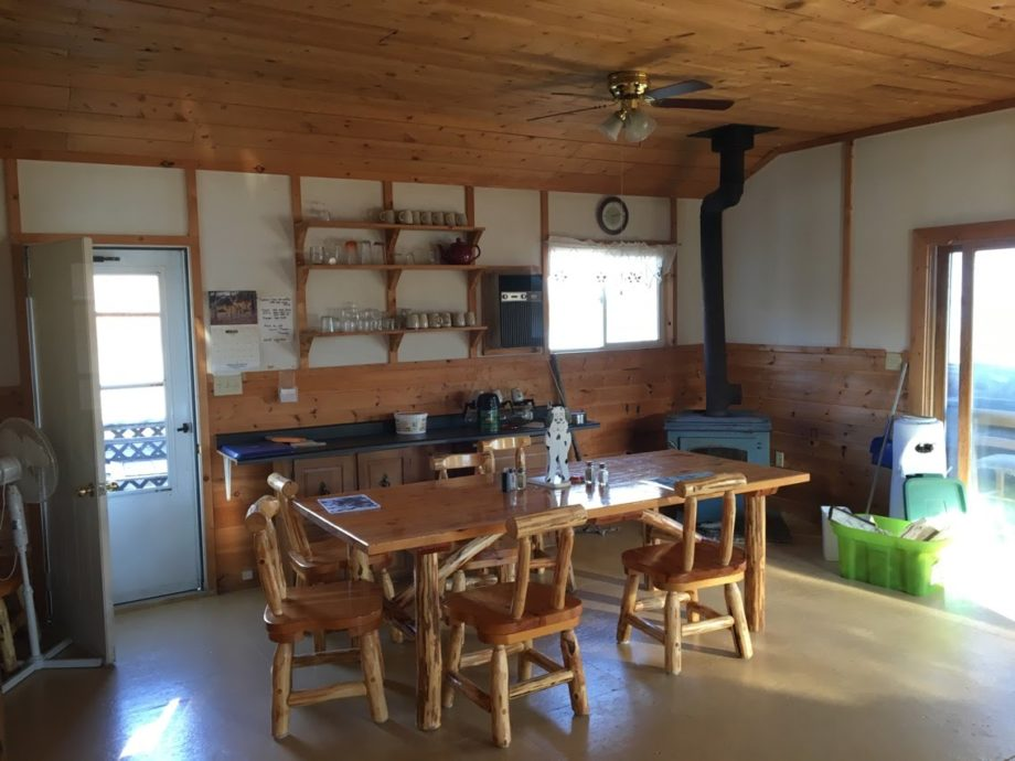 Lount Lake Mini Lodge Dining Area