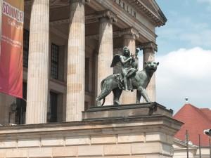 Estatua a la entrada del teatro Konzerthaus, Berlín