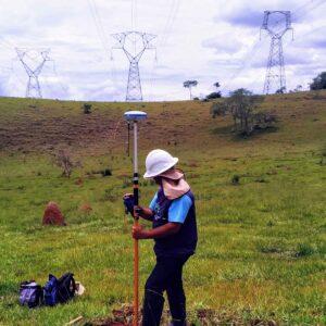 Linhas-de-transmissão-tecnico-medindo