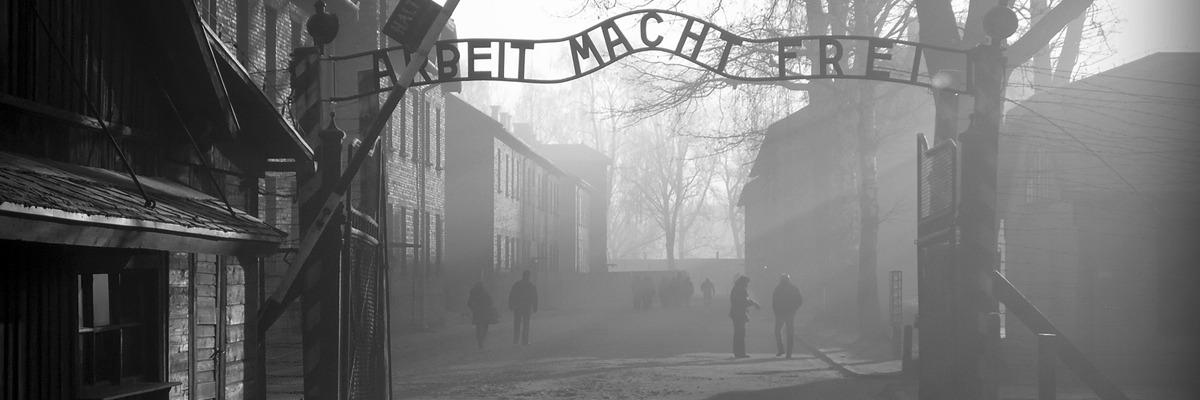 Portão principal de Auschwitz, Polônia – Foto de Steven Quayle