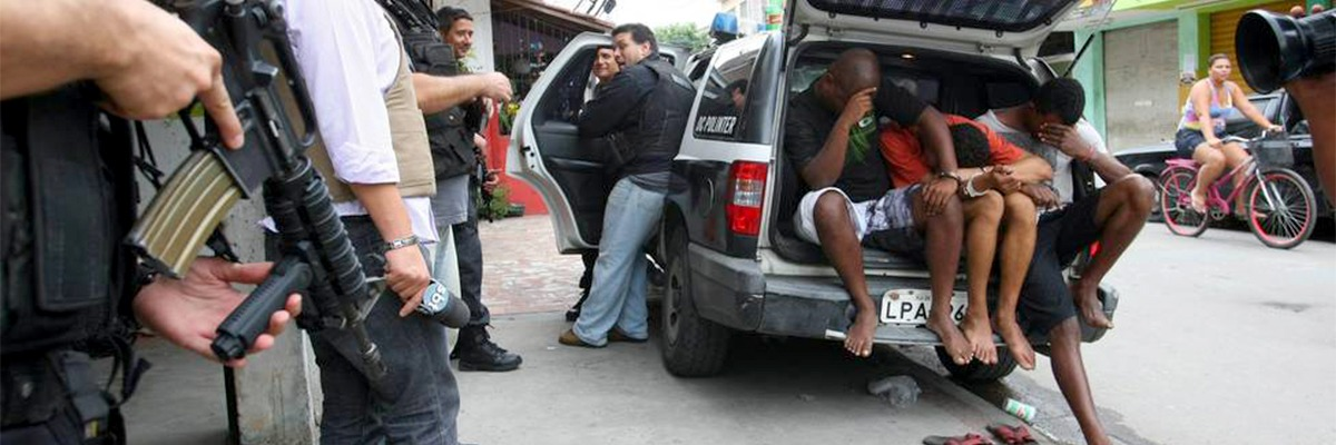 Jovens delinquentes capturados pela polícia.