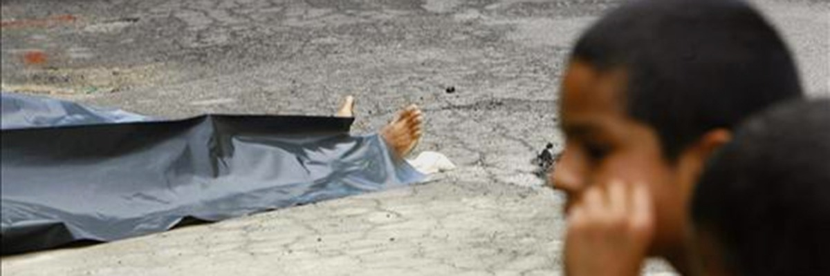 criança de periferia diante de cadáver na rua
