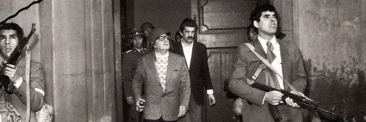 Presidente Salvador Allende no Palácio de La Moneda resistindo ao golpe militar de 1973.