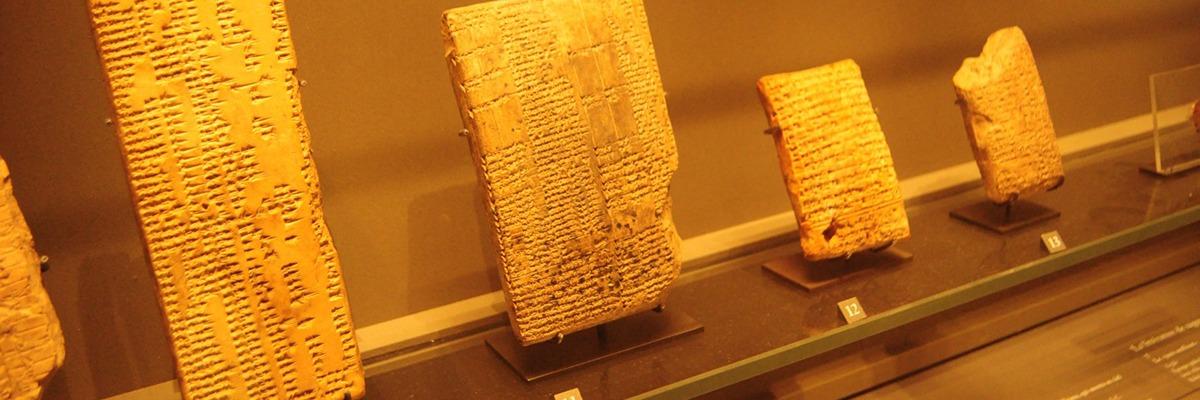 Código de Hamurabi, conjunto de Leis Escritas em 1700 a.c na Mesopotâmia.