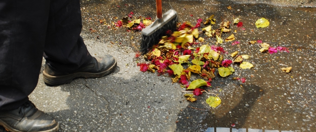 Homem varrendo a rua - autor desconhecido