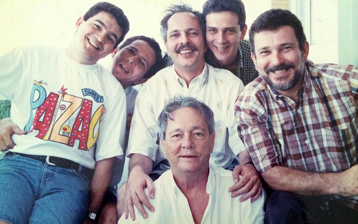 Eleumar Martorelli rodeado pelos seus filhos.