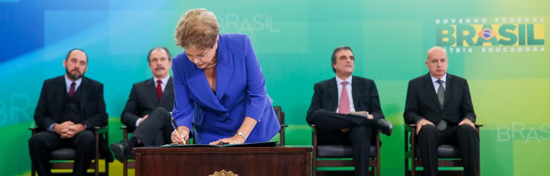 Presidente Dilma Rousseff assinando novas medidas para ultrapassar a crise.