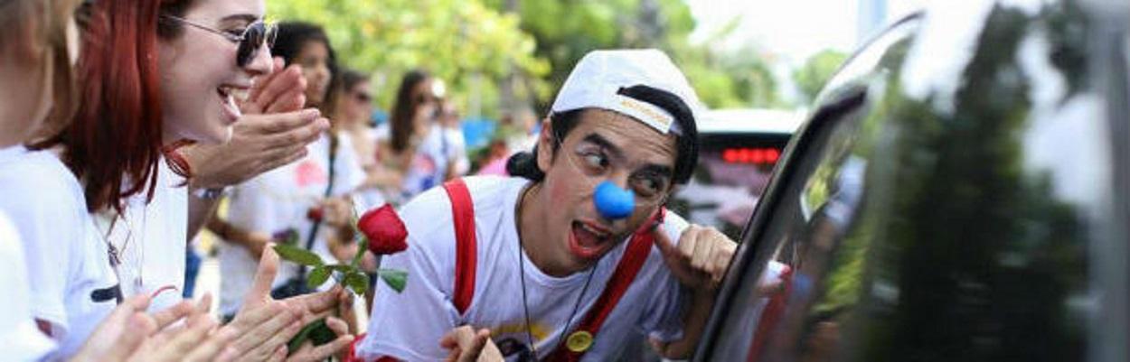 Militantes da ONG Novo Jeito distribuindo flores nas ruas do Recife. http://www.novojeito.com