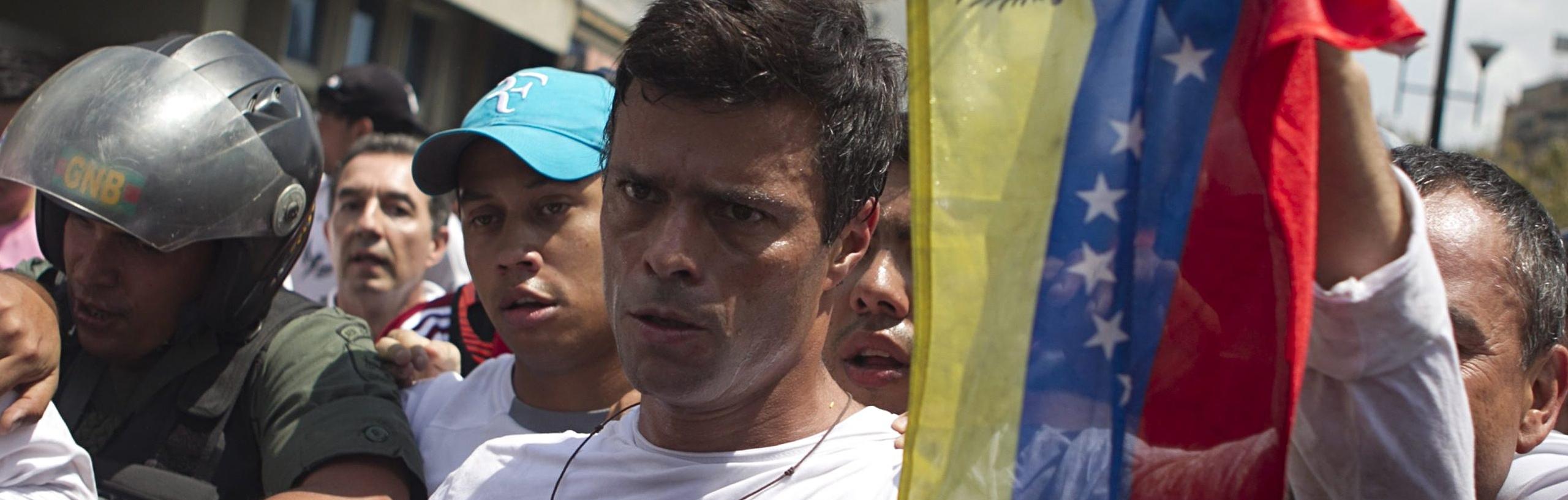 Leopoldo Lopéz. Líder oposicionista do governo ditatorial de Maduro na Venezuela. Atualmente é prisioneiro político do bolivarianismo.