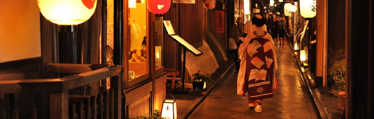 Gion (??) is Kyoto's most famous geisha district.