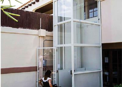 vertical-platform-lift-enclosed-white-plexiglass