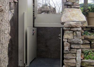 vertical-platform-lift-unenclosed-pool-side