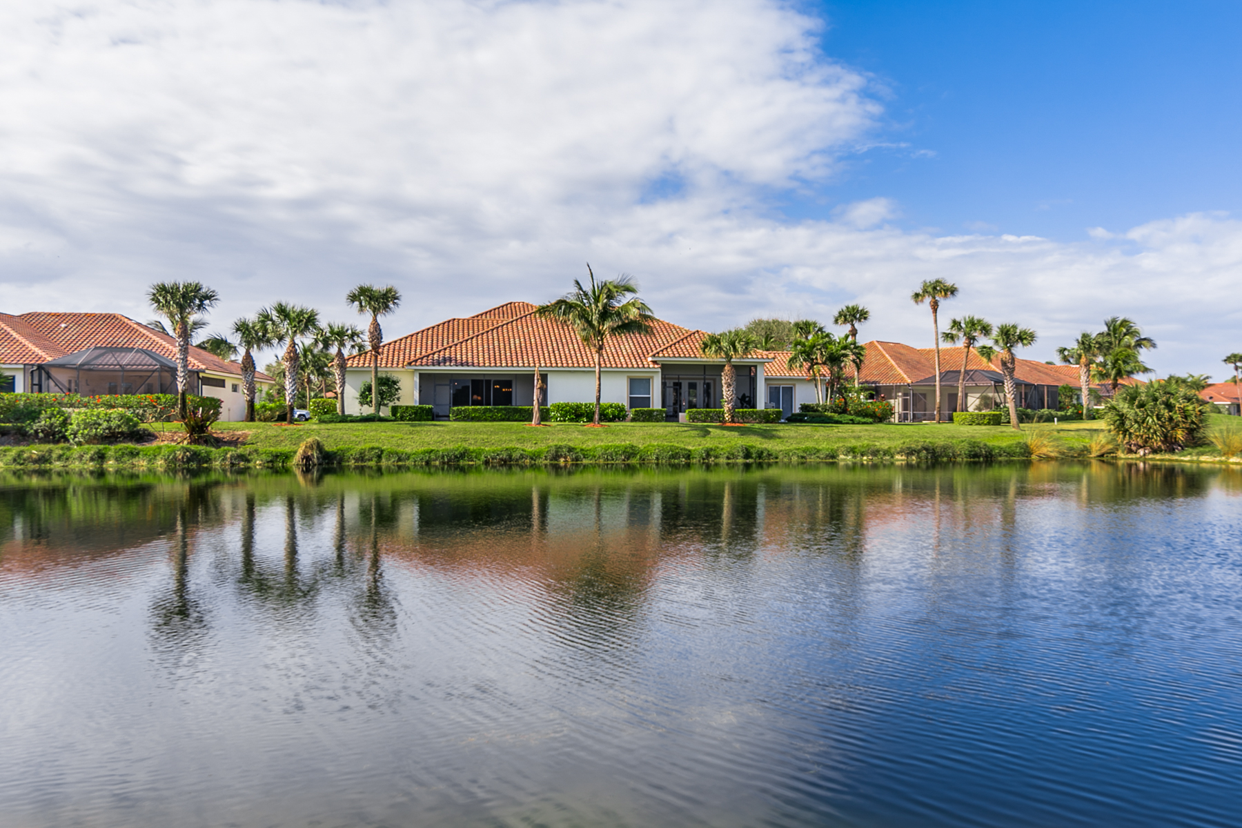 4 Bed/3.5 Bath Lakefront w Pool