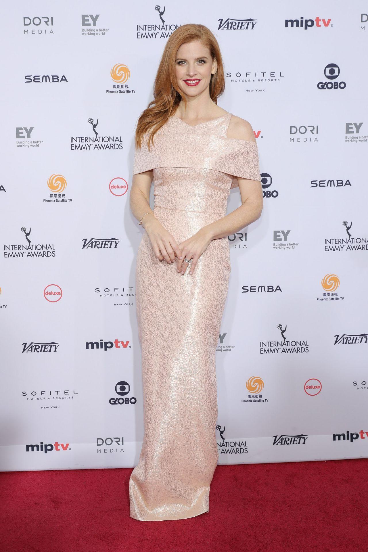 sarah-rafferty-international-emmy-awards-2016-in-new-york-city-2
