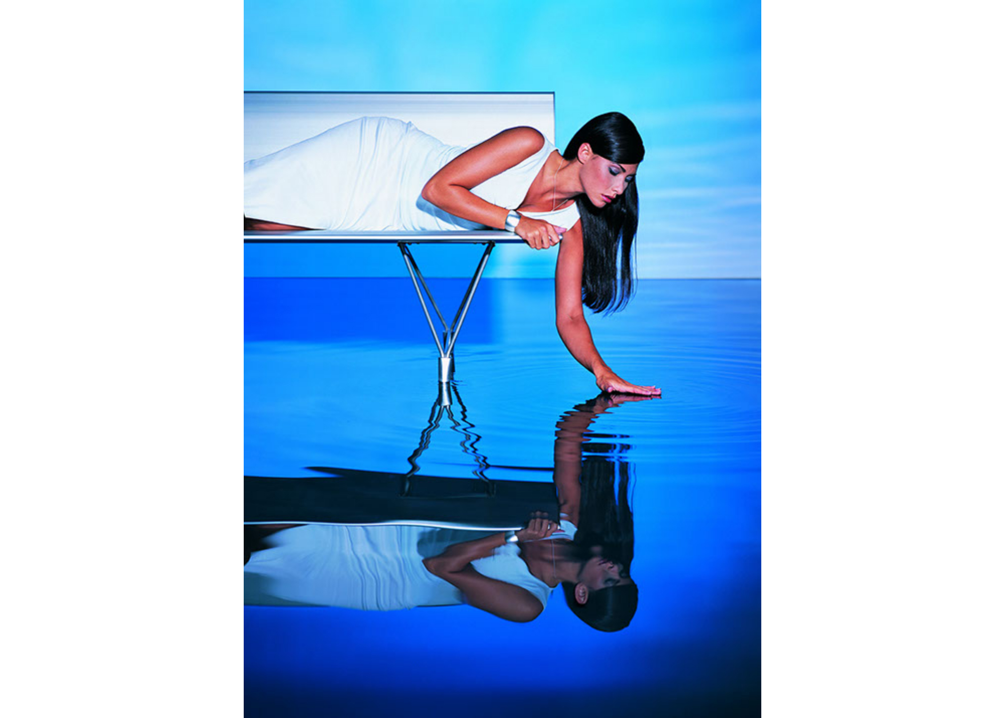 WO_Chicka-White Bench-Blue Pool_EXT