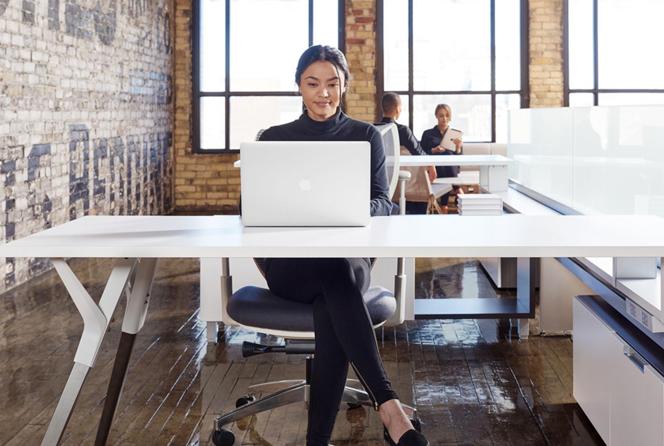 WO_Woman-Laptop-Desk