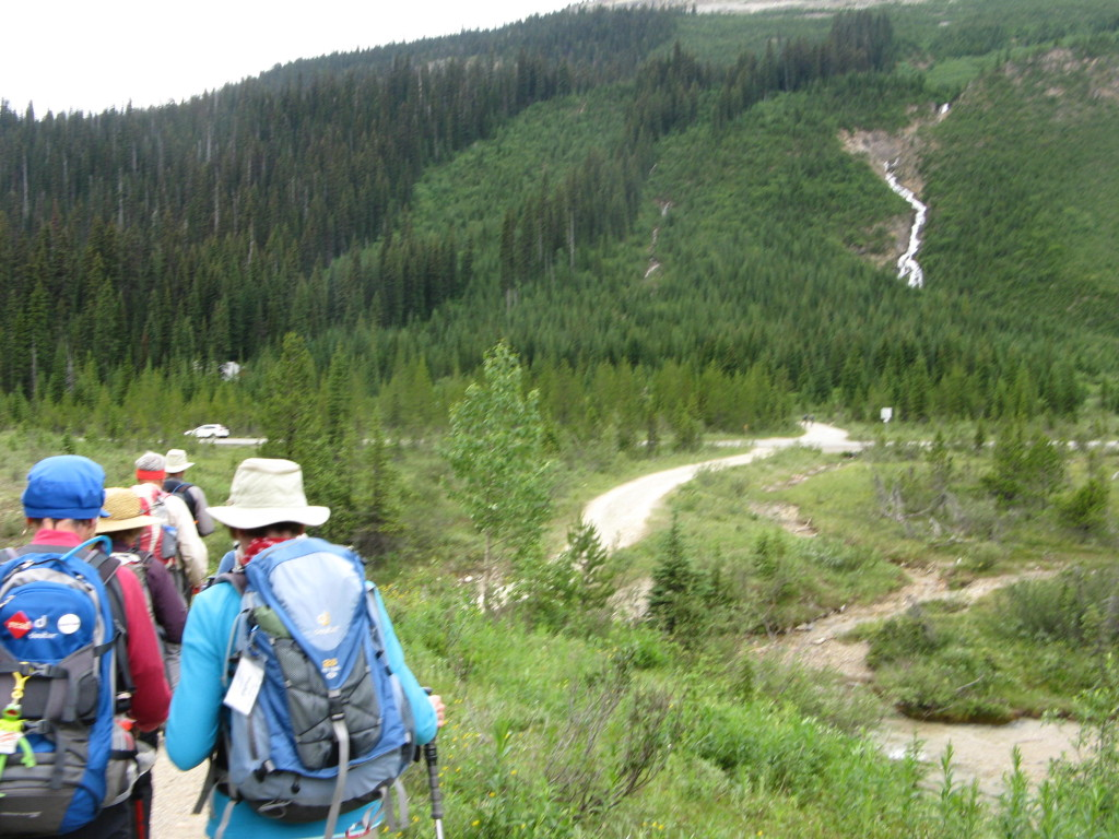 Trail from parking lot to hostel