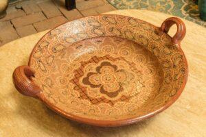 Artesanal ceramic plate with handpainted details