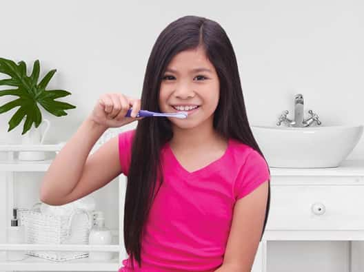 girl-brushing-her-teeth
