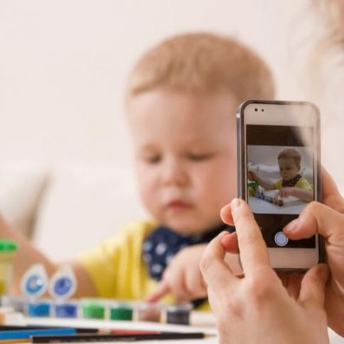 محاذير نشر صور الأطفال عبر مواقع التواصل الإجتماعي، ينبغي أن يلتفت لها الآباء والأمهات. من يسرق هذه الصور ويستغلها بأساليب خطرة؟