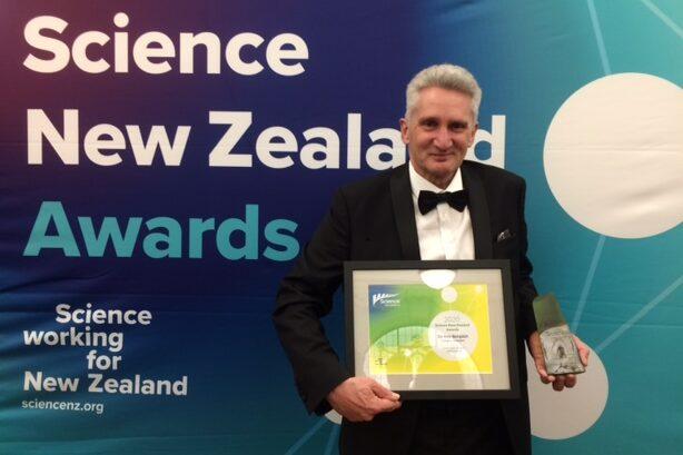 Dr Ray Simpkin receiving Science New Zealand Award