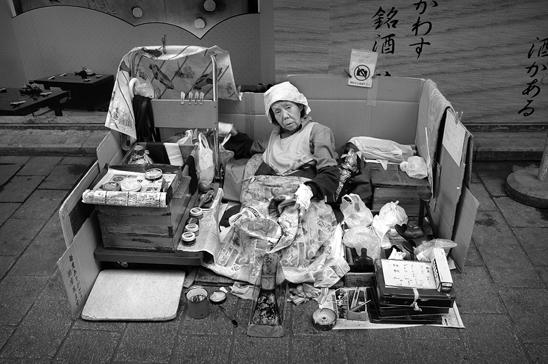 JAPAN_shoeshine_BW_800pix