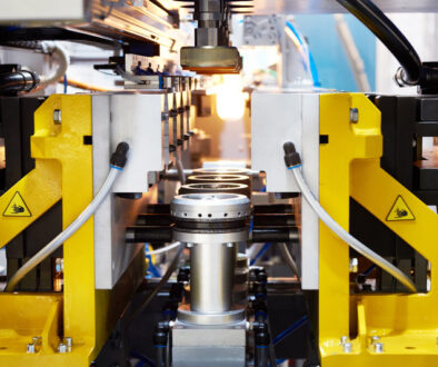 WHAT IS THE DIFFERENCE BETWEEN EXTRUSION AND INJECTION MOLDING
