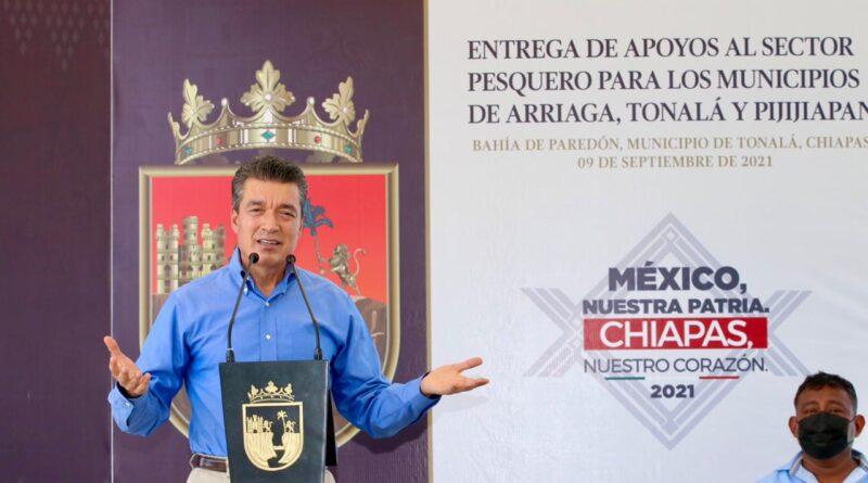 Rutilio Escandón entrega apoyos al sector pesquero de Arriaga, Tonalá y Pijijiapan
