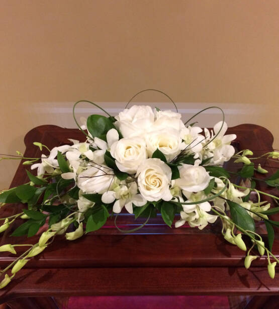 an arrangement that goes on top of an urn