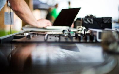 6 Tips for Hiring a Wedding DJ